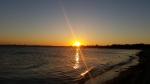 Die Sonne versinkt hinter dem Meer